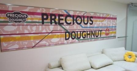 プレシャスドーナツの看板が掲げられたアイロベックスのエントランス